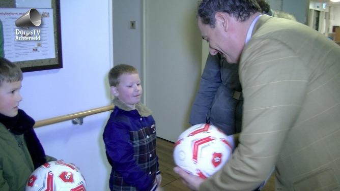 burgemeester deelt ballen uit